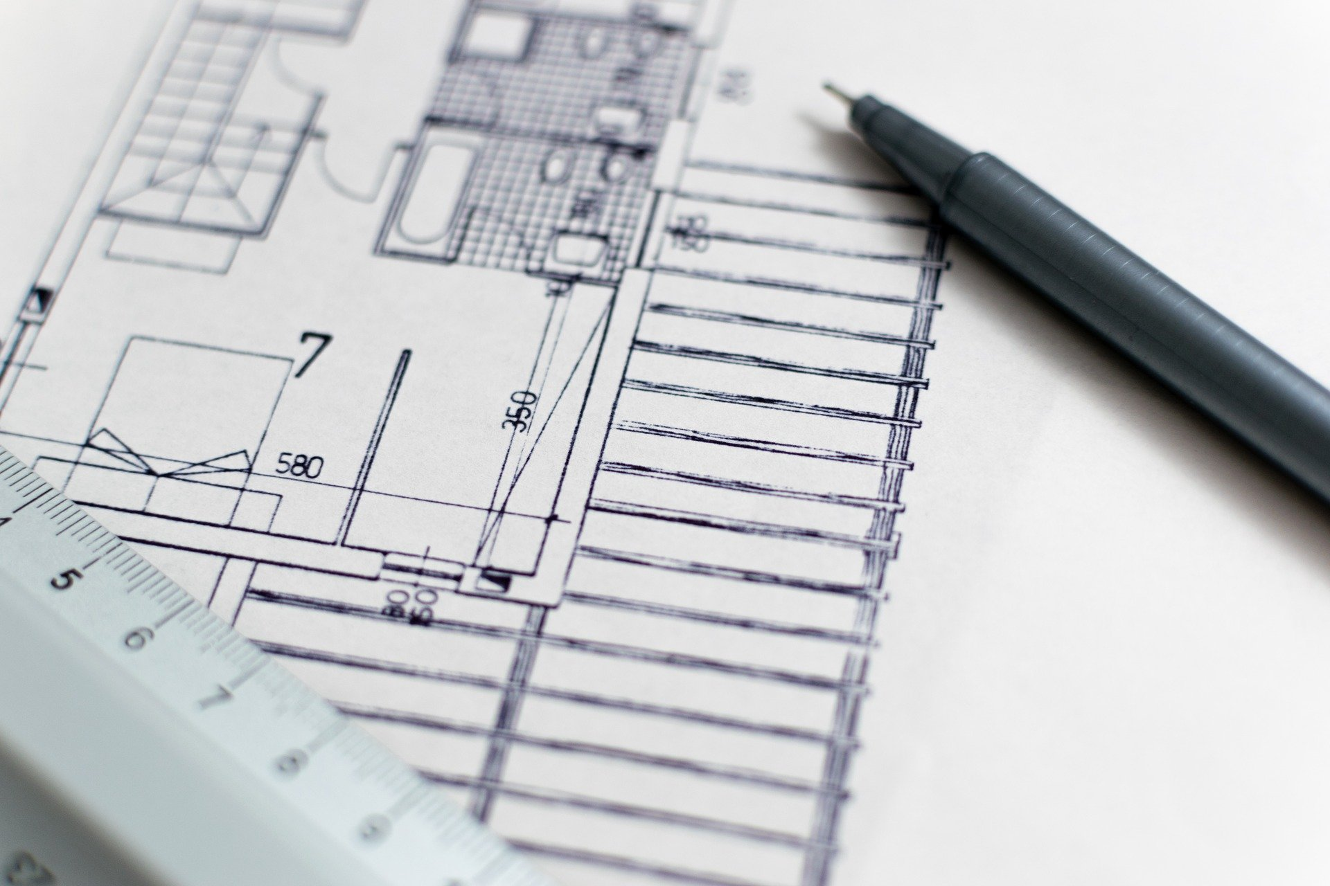 Architektenzeichnung mit Lineal und Bleistift.